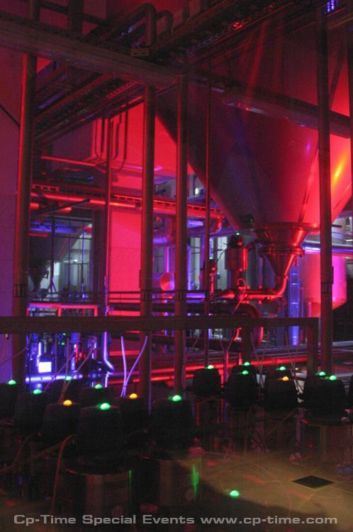 wnętrze warzelni w oświetleniu scenicznym